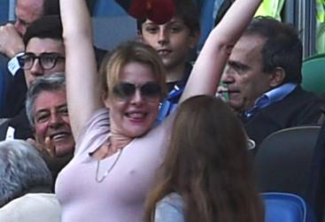 Claudia Gerini, scatenata e senza reggiseno allo stadio Olimpico